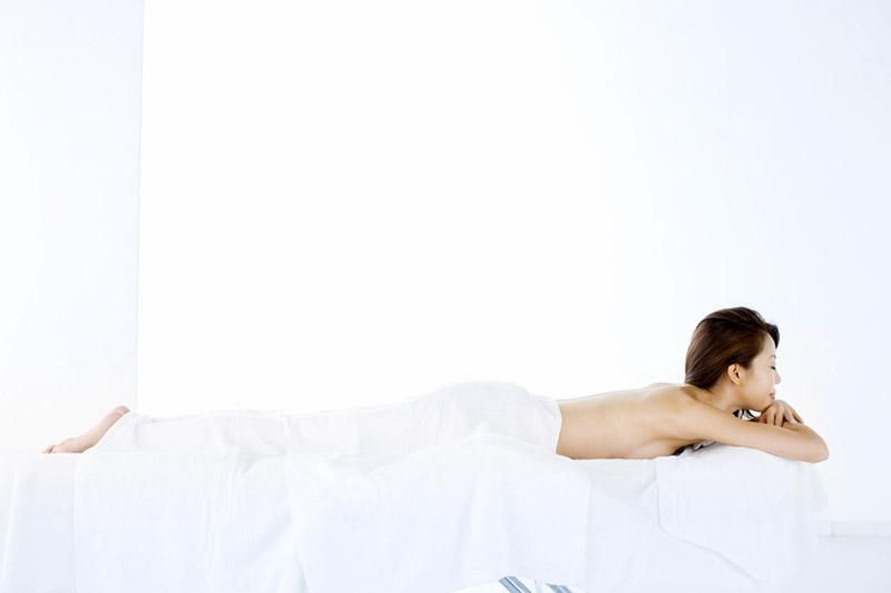 痩身エステサロンのベットでくつろぐ女性イメージ