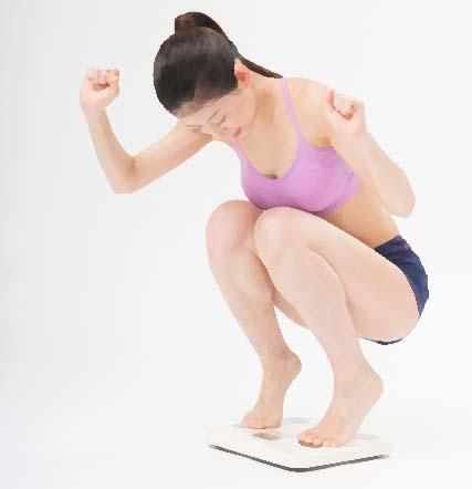 体重計で喜ぶ女性