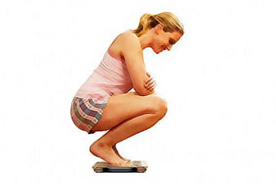 体重測定する外人女性