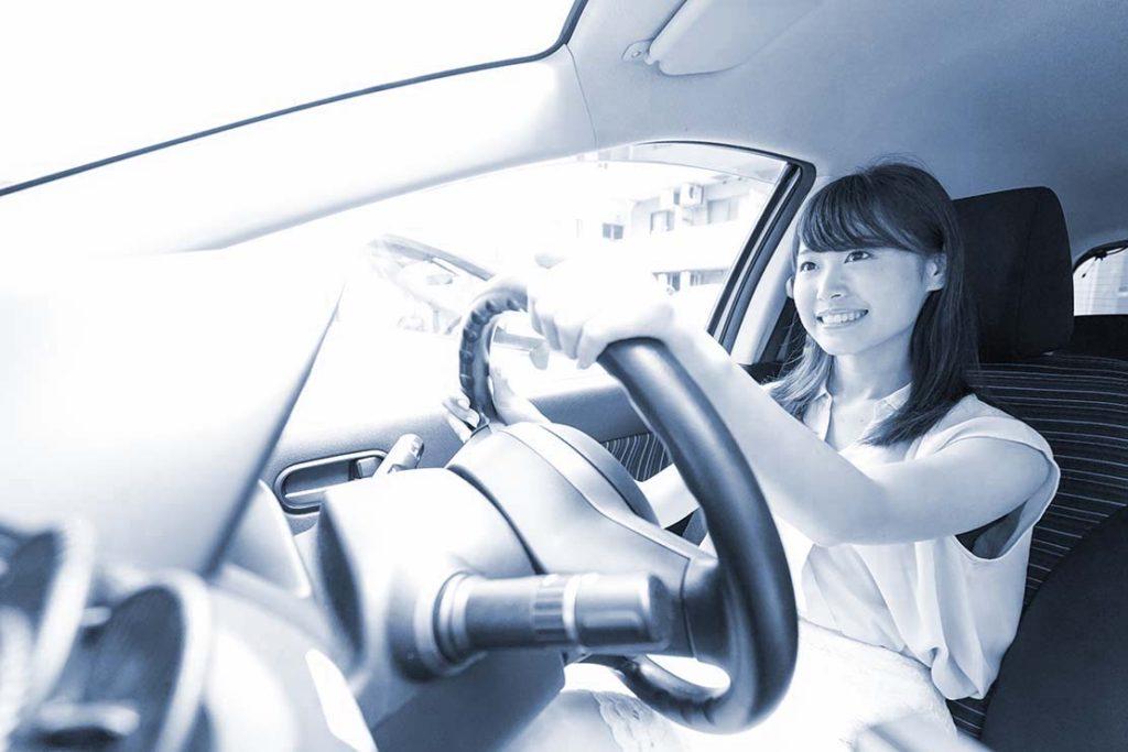 車を運転する若い日本人女性