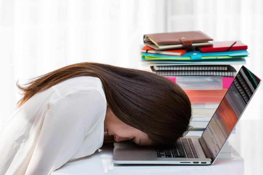 ノートパソコン・疲れた女性