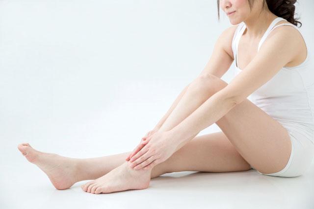 足首を両手でつかみ上に滑らせ膝まで押し流す