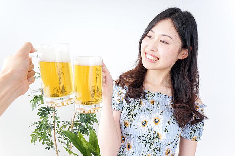 ビールで乾杯摺るわかい女性