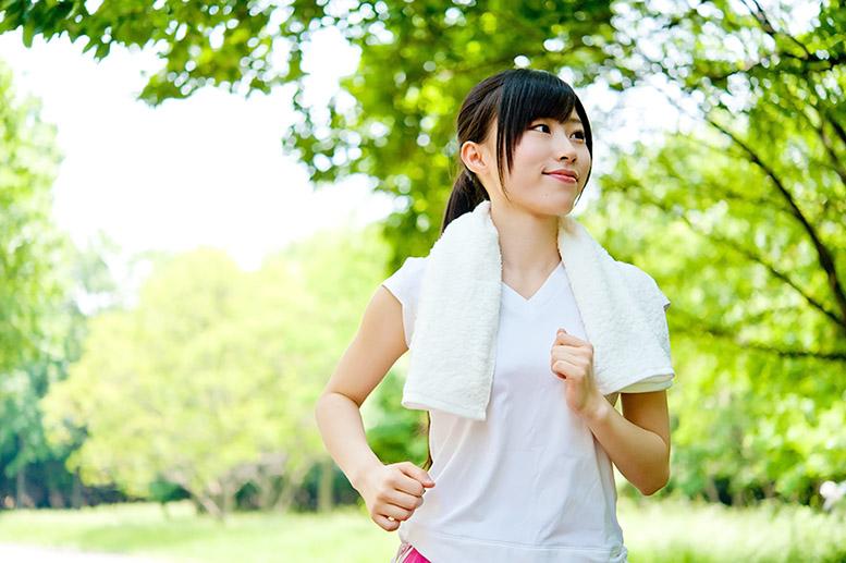 公園で運動する若い女性