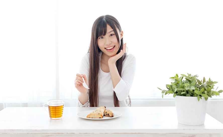 食事をとる若い女性